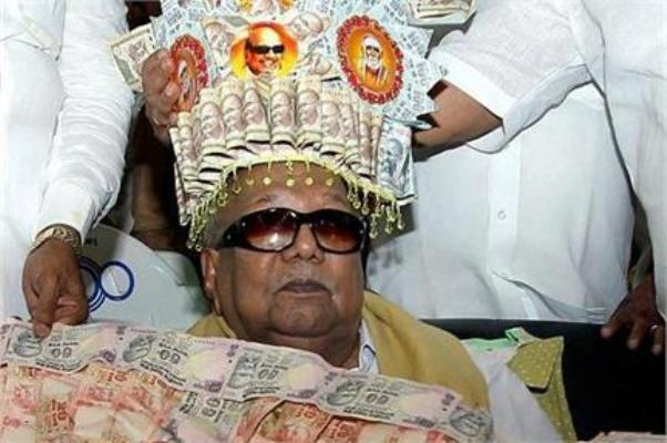 karunanidhi-with-rupee-garland